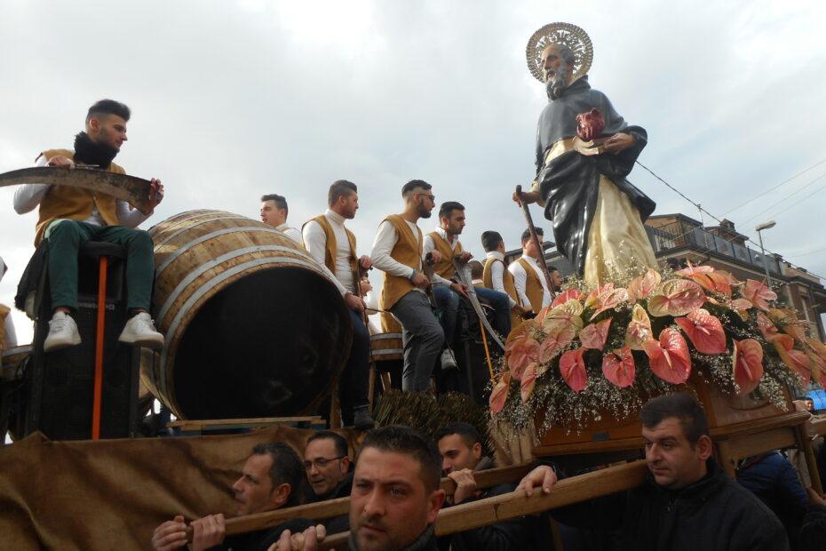 Festa di SantAntonio Abate a Macerata Campania La processione in onore del Santo