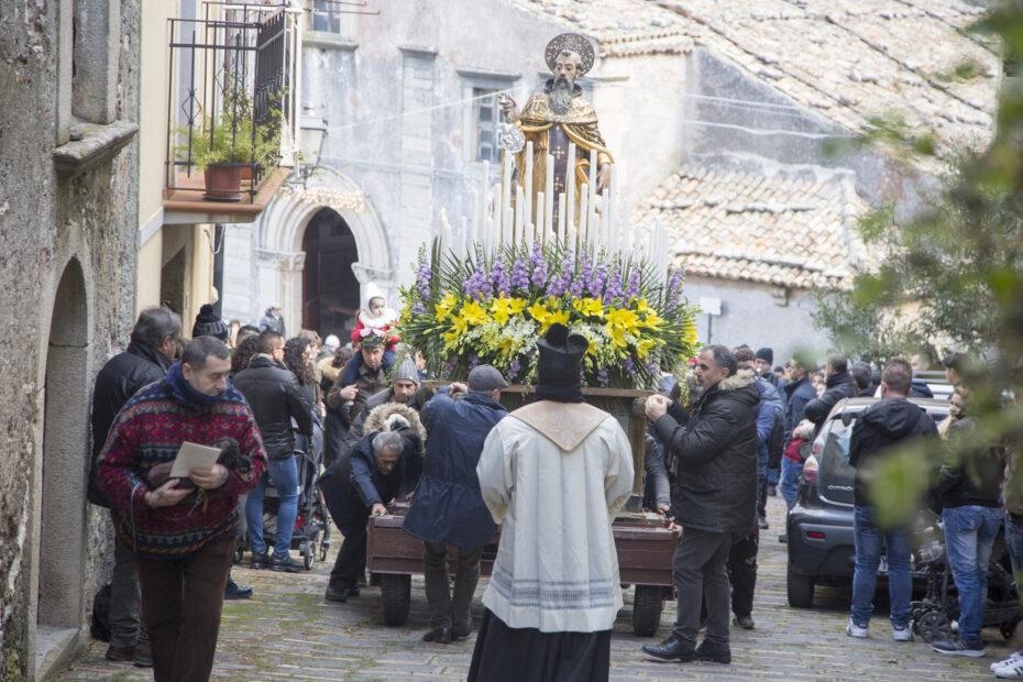 Festa di SantAntonio Abate a Novara di Sicilia Processione in onore del Santo