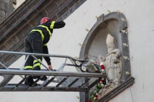 Vigili del Fuoco di Catania donano una ghirlanda di fiori a S. Antonio Abate